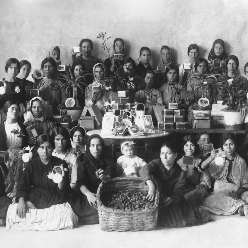 TAVIRA e os ANDRADES • economia • 'batalhão' de gente que trabalhava num armazém de amêndoa e figo
