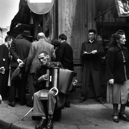 O acordeonista fotografado por Robert Doisneau