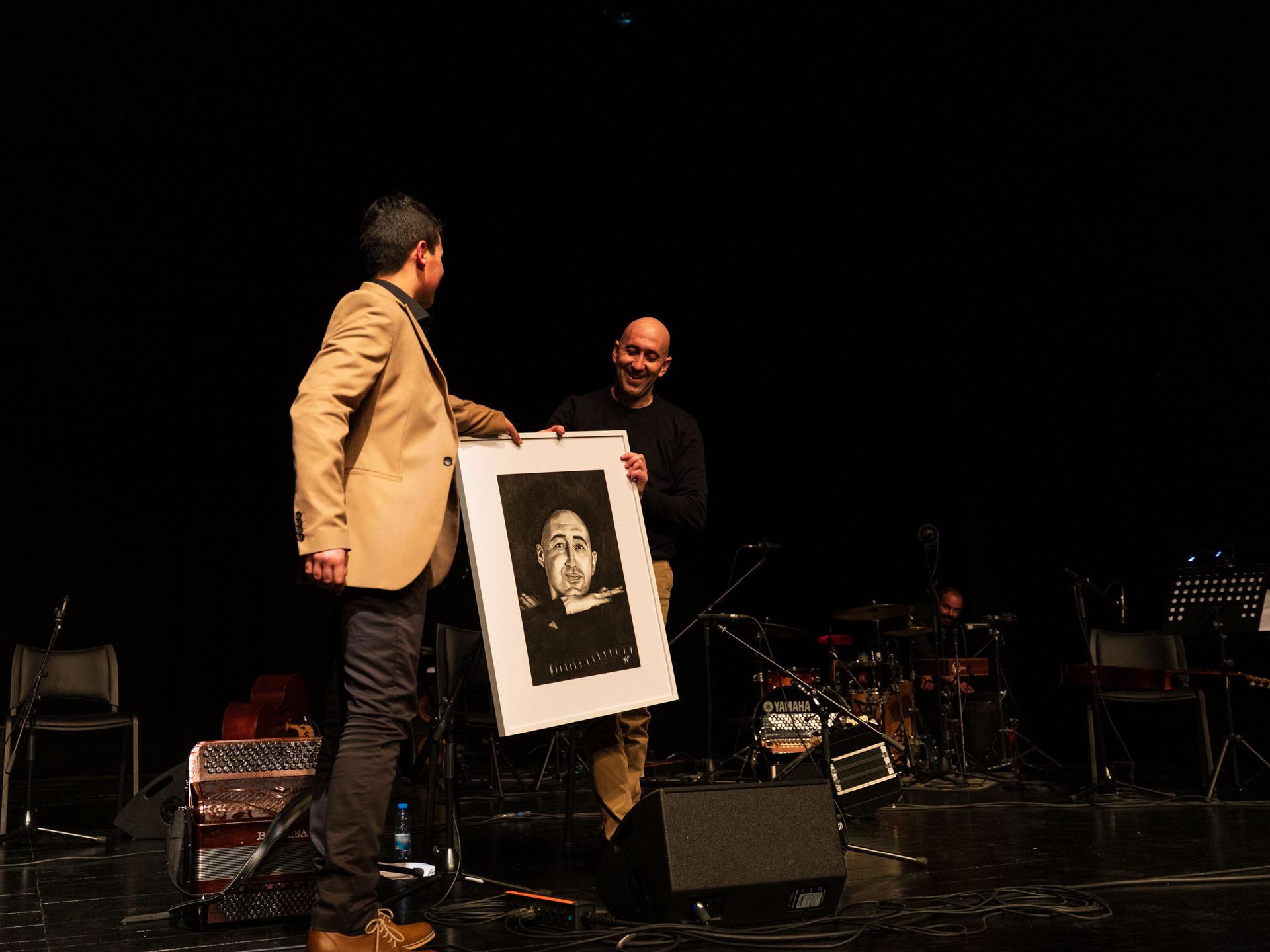 David Mendes oferece um desenho original, a carvão, a Nelson Conceição