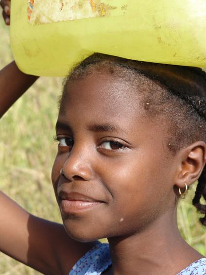 'a menina da bóia'   São Domingos   2005   imagem de referência dos Momentos de Cabo Verde 2006   Lagoa, Algarve