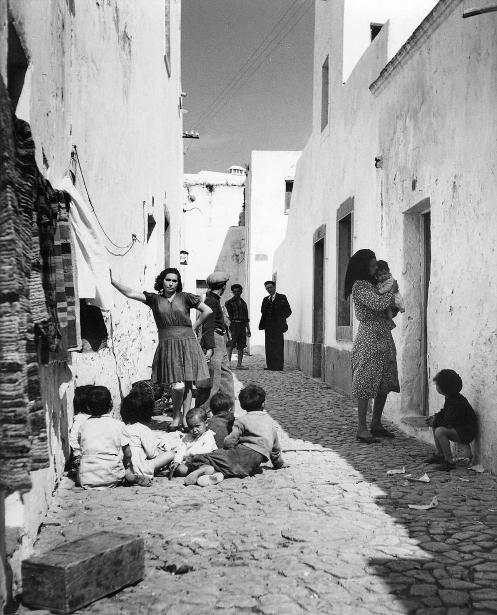 Gente no bairro da Barreta, Olhão (entre 1943 e 1945) // PT/AMLSB/ART/023321