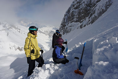 digging a hole i the snow, avalanche risk evaluation