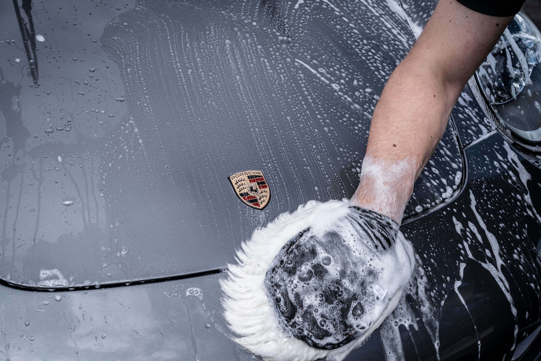 Lavage automobile à la main