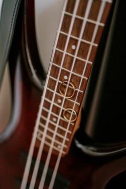 Obrączki ślubne na gitarze