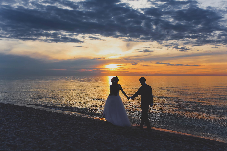 Sesja ślubna na plaży o zachodzie