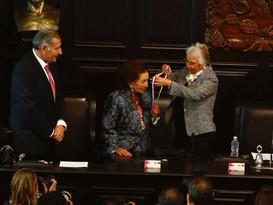 Ifigenia Martínez recibe medalla Belisario Domínguez