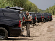 """Texas intenta frenar la entrada de migrantes con una """"barricada"""" de vehículos"""