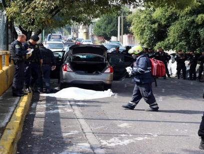 BALACERA EN TIANGUIS DE LA VENUSTIANO CARRANZA DEJA A DOS COMERCIANTES HERIDOS Y UN MUERTO