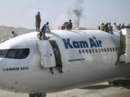 Pánico y caos en el aeropuerto de Kabul: afganos desesperados se aferran a aviones y algunos parecen
