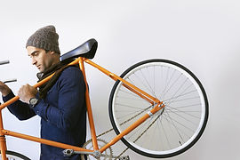 Homme tenant vélo