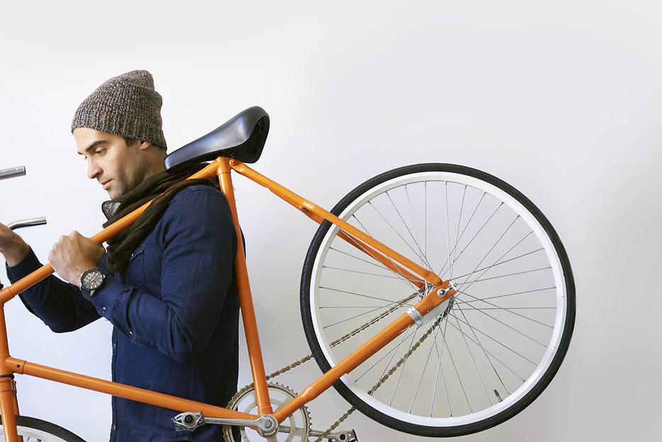 Hombre que sostiene la bicicleta