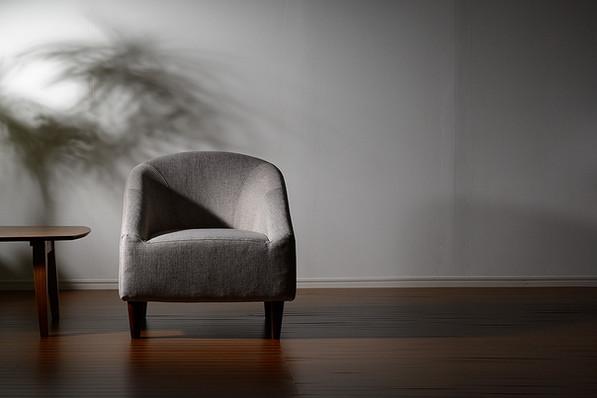 シンプルなソファーはシックなイメージで