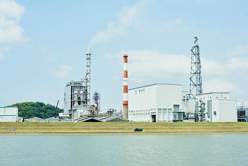 工場地帯と川