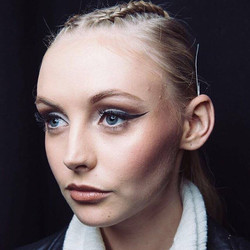 Throw back to MBFW and when I got to do that eye liner for _harlottecosmetics _#wingedliner #makeupa