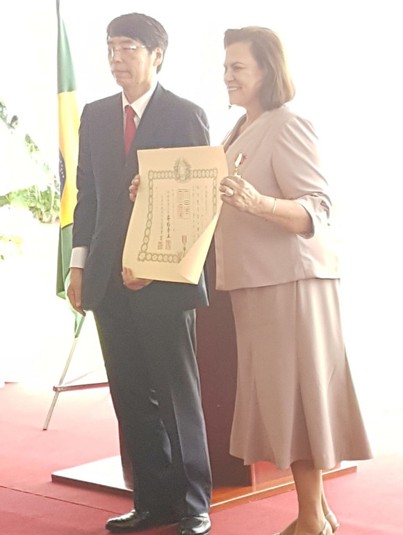 """Condecoração """"Ordem do Sol Nascente, Raios de Ouro e Prata"""" do Governo Japonês"""