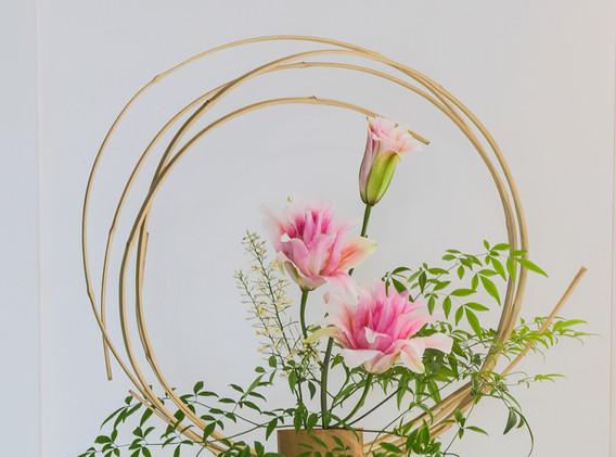 Nandina, fita de bambú e lirio dobrado