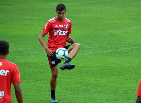 Zagueiro na mira do Barcelona notifica São Paulo e pede rescisão de contrato.