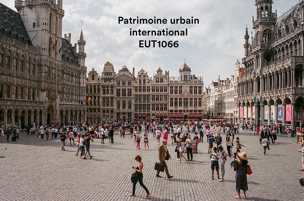 La Grand-Place de Bruxelles est un ensemble remarquablement homogène de bâtiments publics et privés, datant principalement de la fin du XVIIe siècle, dont l'architecture résume et illustre de manière vivace la qualité sociale et culturelle de cet important centre politique et commercial.