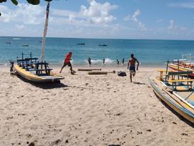 Encontro com o mar: crianças e jovens do projeto felicidade sem drogas em passeio na praia.