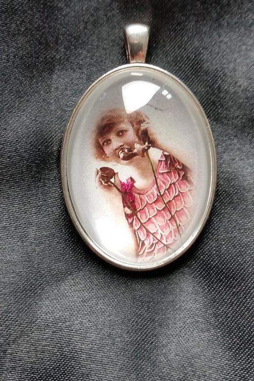 Médaillon la femme téléphone des annes 1930