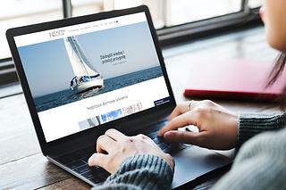 Strona internetowa Academii Nautica na laptopie. Współpraca z agencją marketingową Rek House
