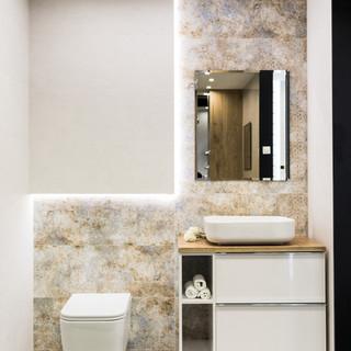 Ekspozycja łazienki w sklepie Staltex w Nadarzynie. Szafka z umywalką i sedes.