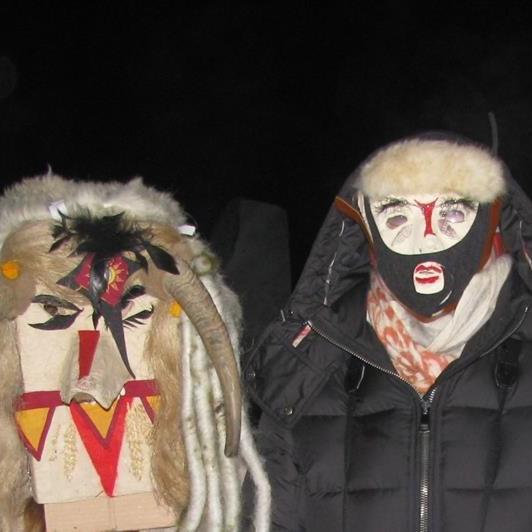 Mit Masken in die Dunkle Zeit tanzen (Margan D.Kalb)