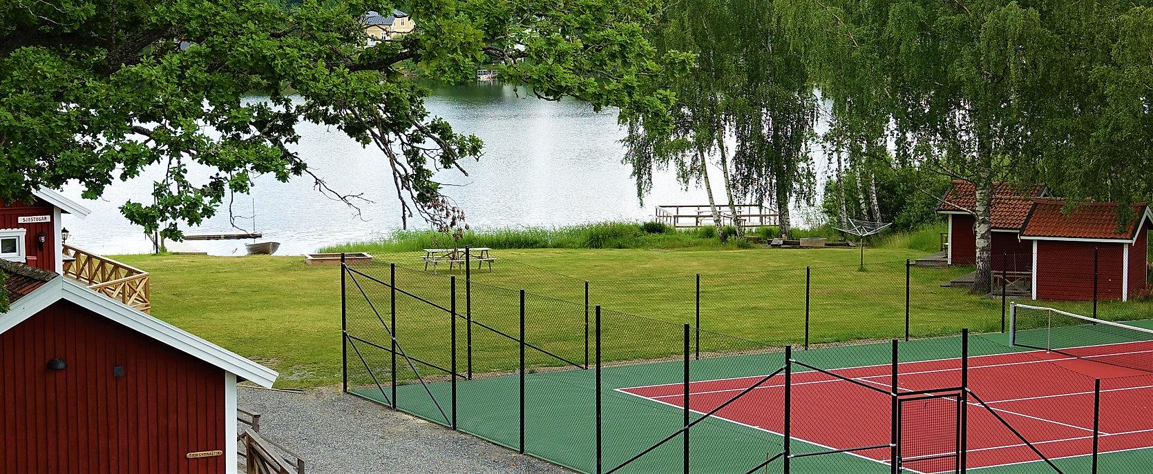 Idrottsgården tennisbana och sjöutsikt