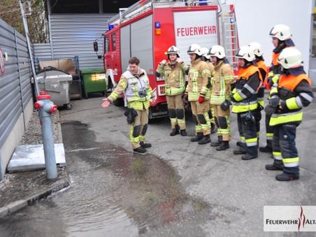 F1 - Schweizerstraße; Wasseraustritt bei Hydranten; Hydrant wurde durch LKW beschädigt
