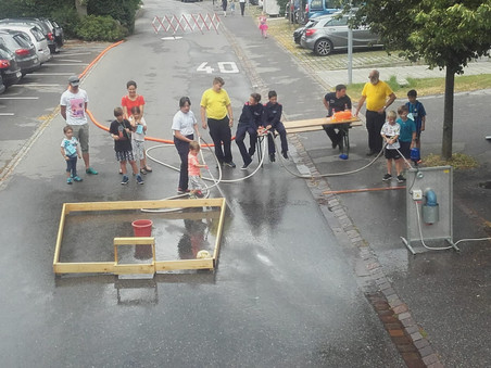 Feuerwehr-Jugend unterstützt beim Spielfest der Funkenzunft