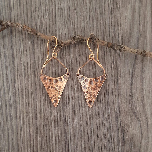 Hammered V copper earrings.