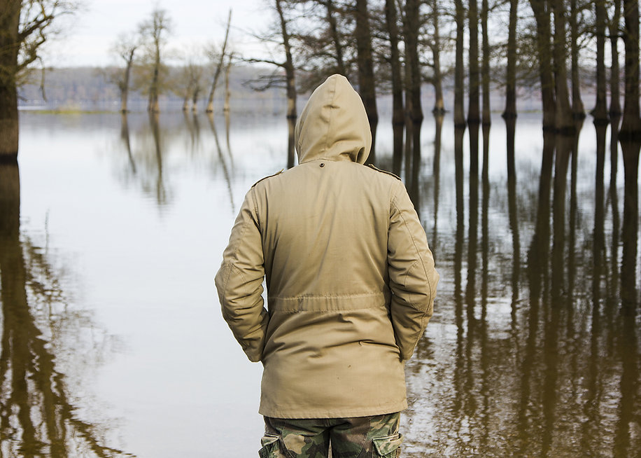 Beobachtete den Fluss