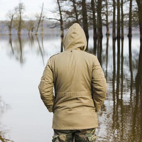 Er beobachtete den Fluss