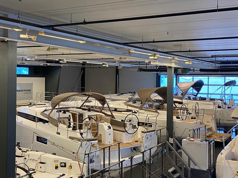Heitmann Marin innendørs båt showroom i Drøbak