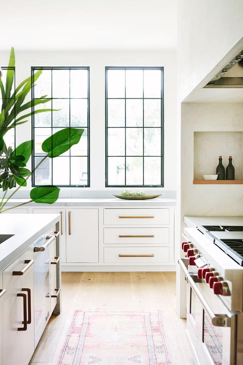 cozinha planejada bem iluminada