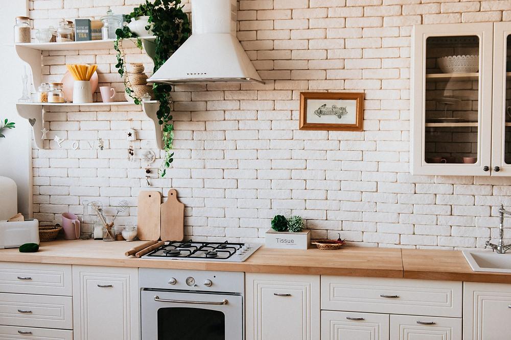 cozinha planejada com revestimento claro
