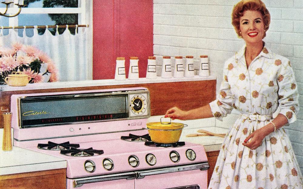 Mulher cozinhando anos 50