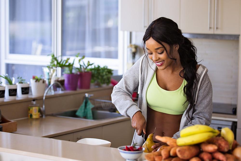 mulher preparando refeicao saudavel