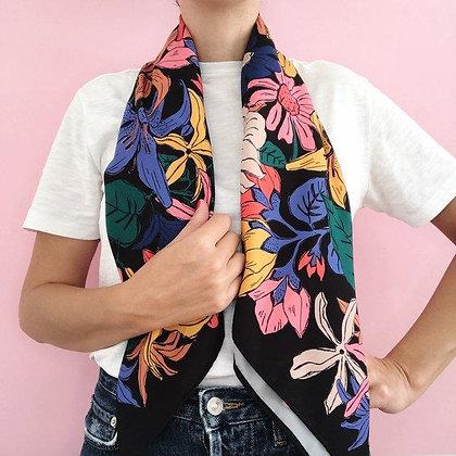 Pañuelo Flores Negro 90x90