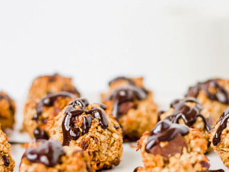 Oat Balls with Dark Chocolate and Berries