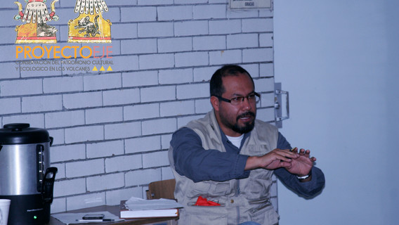 Intervención del Coordinador de la licenciatura en Etnología Dr. Carlos Arturo Hernández Dávila participando e intercambiando el punto de vista cosmopolítico de las nuevas perspectivas antropológicas.