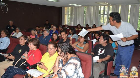 Distribuyendo material didáctico y apoyo durante la presentación del Dr. Arturo Montero.
