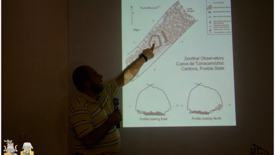 Dr. Ramón Espinaza mostrando una gráfica del observatorio de cenital de Tzinacamóztoc, Cantona.