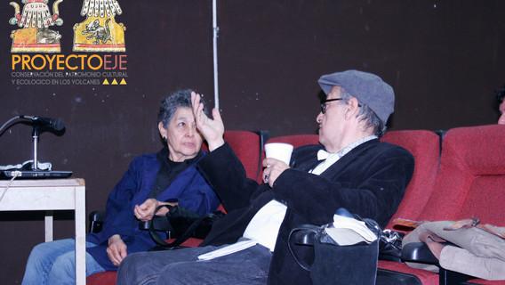 (Izq.) Dra. Beatriz Albores, (Der.) Arqueólogo Francisco Rivas Castro intercambiando opiniones dentro de la conferencia.