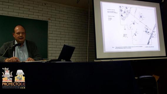 """Dr. Raúl Arnda explicando las dimensiones espaciales del sitio arqueológico denominado: """"El Naranjo"""", en el volcán Xico. Población lacustre del Sureste de la Cuenca de México del Periodo Preclásico."""