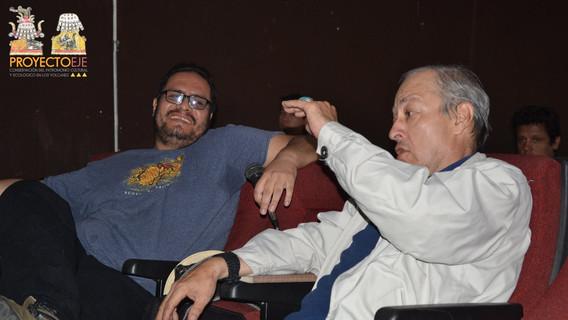 (Izq.) Arqueólogo David Jesús Arreola Gutiérrez, (Der) Dr. Francisco Rivas Castro, discutiendo durante el seminario.