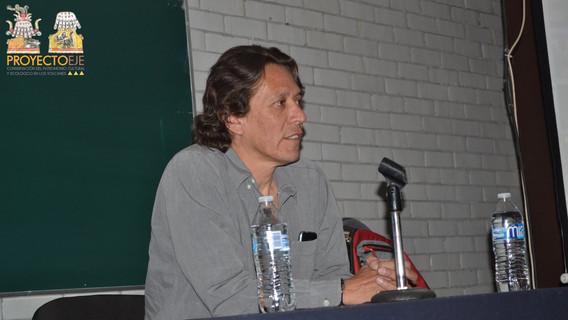 Mtro. Evian Ricardo presentando al arqueólogo Jesús David Arreola