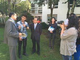 Entrevista a los directivos de la Soka Gakkai que realizó un joven reportero, asistente al coloquio.
