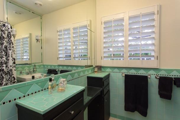 305 W Lynwood hall bath 2.jpeg