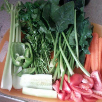 Juicing An Original V-8 At Home with Raw  Fruits and Vegetables